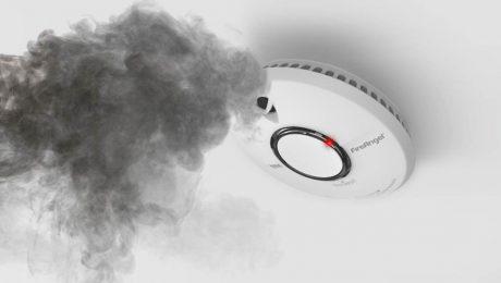 rookmelder aan plafond met rook
